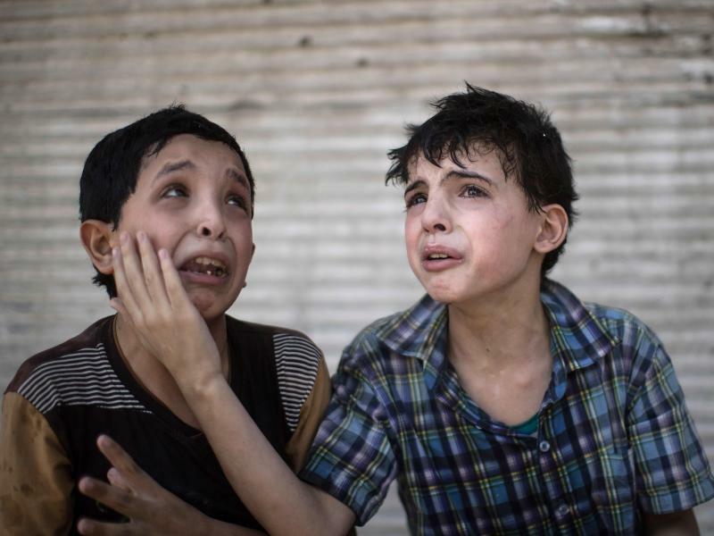 Angst und Verzweiflung - Foto: Angst und Verzweiflung:Zeid Ali (l.) und Hodayfa Ali trösten sich gegenseitig, nachdem ihr Haus in Mossul getroffen wurde und einstürzte. Foto:Felipe Dana