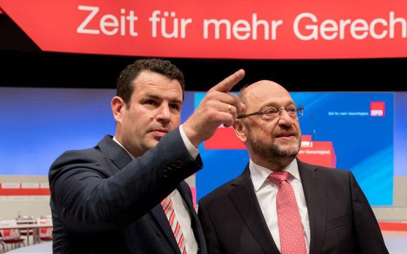 Da geht´s lang - Foto: Da geht's lang:SPD-Generalsekretär Hubertus Heil gibt Parteichef Martin Schulz die Richtung vor - nämlich nach oben. Foto:Kay Nietfeld