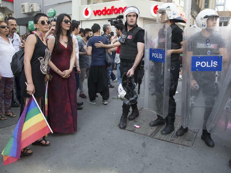 Gay Pride Parade in Istanbul - Foto: Polizeieinsatz bei der Gay Pride Parade 2015:In der Türkei kommt es immer wieder zu Übergriffen auf Schwule, Lesben, Bi- oder Transsexuelle. Foto:Tolga Bozoglu