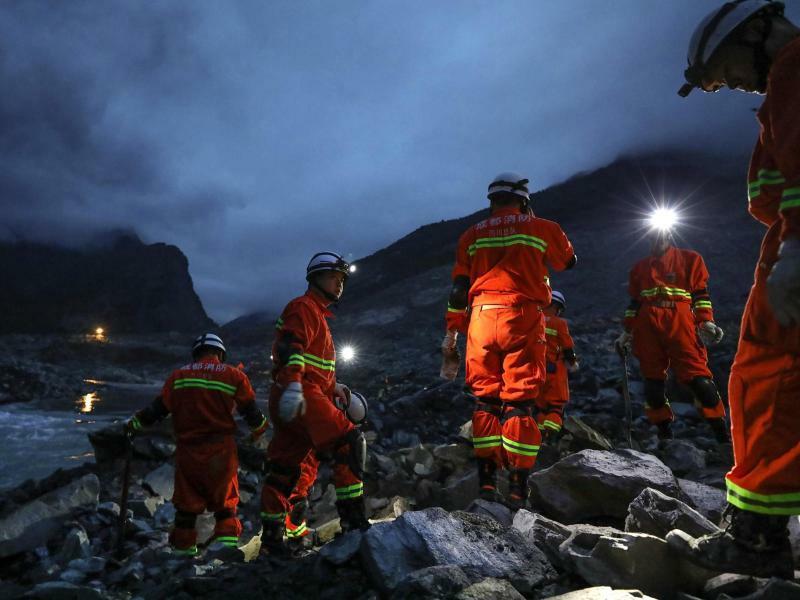 Die Hoffnung schwindet - Foto: Die Hoffnung schwindet: Bergungskräfte in der südwestchinesischen Provinz Sichuan.EinErdrutsch hatte dort ein ganz Dorf unter sich begraben. Foto:Jiang Hongjing/AP/XinHua
