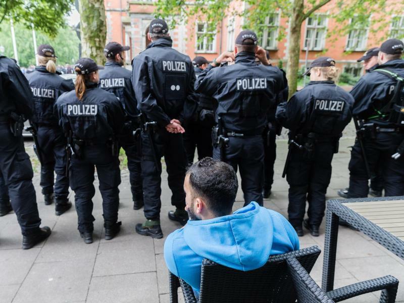 Polizisten in Hamburg - Foto: Markus Scholz