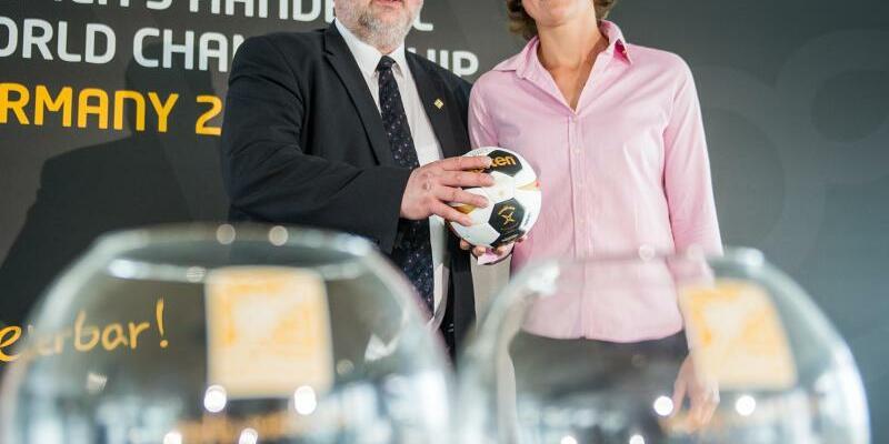 Auslosung - Foto: DHB-Präsident Andreas Michelmann und die ehemalige Nationalspielerin Grit Jurack posieren vor der WM-Gruppenauslosung. Foto:Christina Salbrowsky