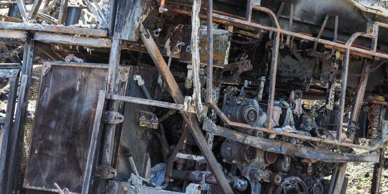 Wrack - Foto: Nichts mehr übrig:Das Wrack des ausgebrannten Reisebusses an der Unglücksstelle auf der A9. Foto:Nicolas Armer