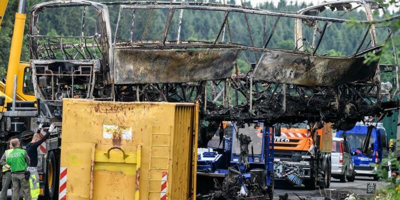 Bergung - Foto: Das Wrack des völlig ausgebrannten Reisebusses wird von einem Kran geborgen. Foto:Matthias Balk