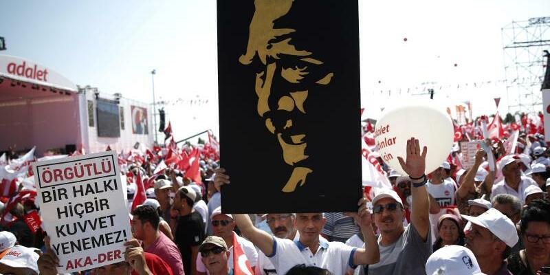 Kemal Kilicdaroglu - Foto: Die Unterstützer des türkischen Oppositionsführers Kemal Kilicdaroglu haben Istanbul erreicht. Foto: