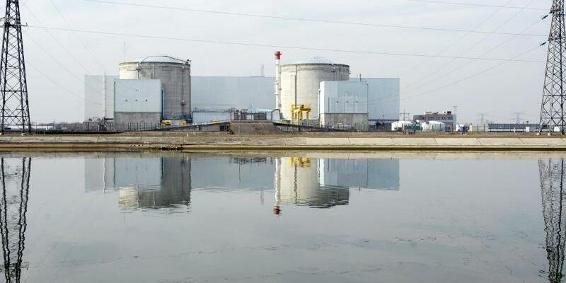 Kernkraftwerk Fessenheim - Foto: Französisches Atomkraftwerk Fessenheim nahe der deutschen Grenze. Frankreich plant die Stilllegung von bis zu 17 Reaktoren. Foto:Christophe Karaba/Archiv