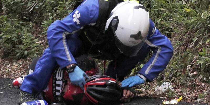 Erste Hilfe - Foto: Ein Polizist leistete dem schwer gestürzten Richie Porte Erste Hilfe. Foto: