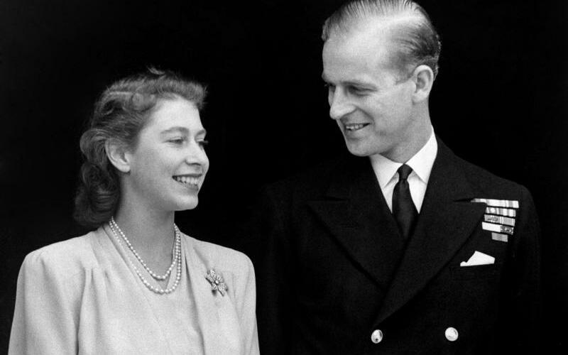 Elizabeth & Philip - Foto: Die damalige Kronprinzessin Elizabeth und Philip geben am 10.07.1947 im Buckingham Palast ihre Verlobung bekannt. Foto:Pa
