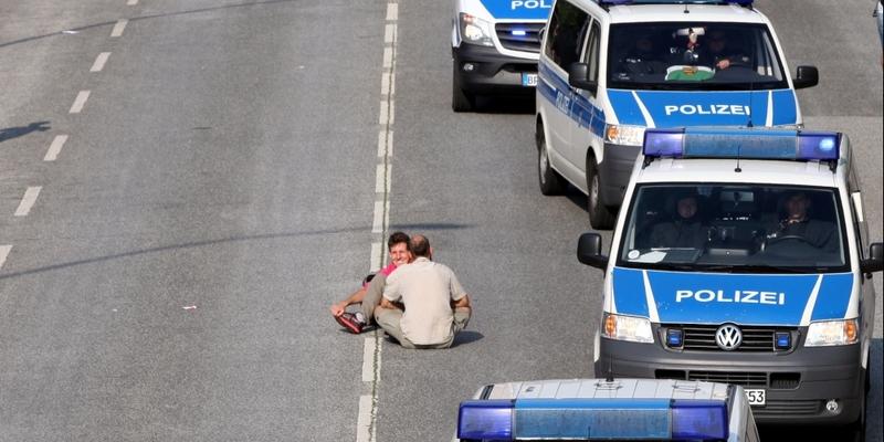 Polizeiautos umfahren Anti-G20-Protest in Hamburg - Foto: über dts Nachrichtenagentur