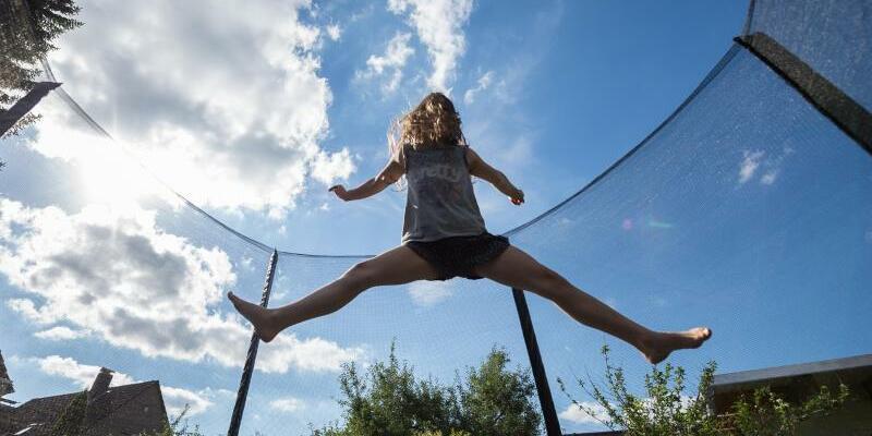 Mädchen auf Trampolin - Foto: Silas Stein