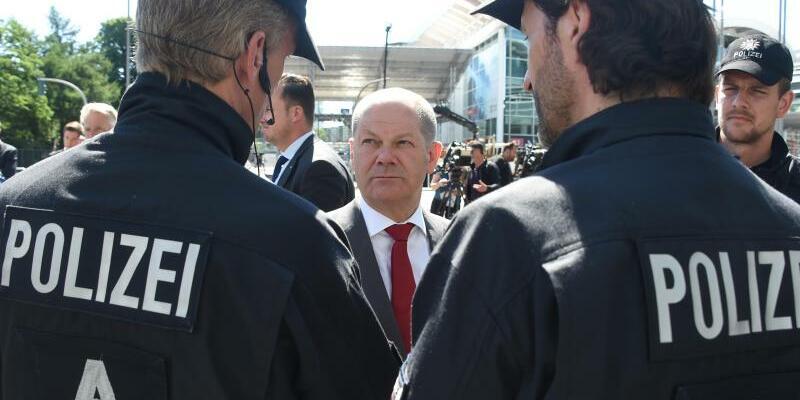 Bürgermeister mit Polizisten - Foto: Marcus Brandt