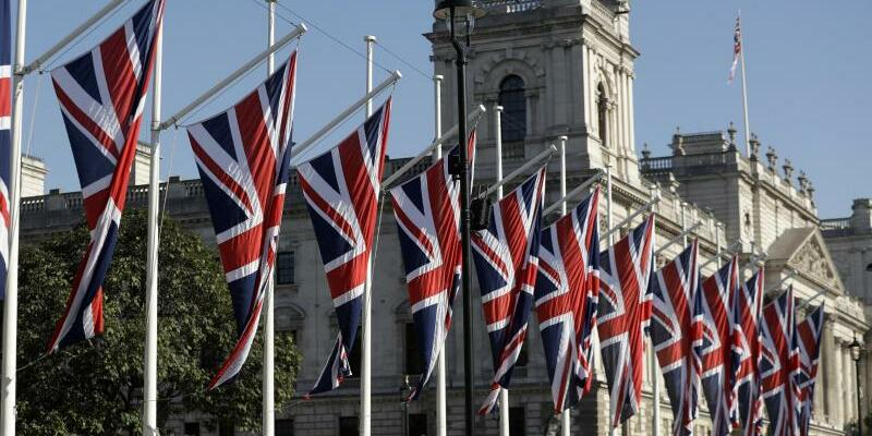 Britische Flaggen - Foto: Nach dem Auftakt mit den Chefunterhändlern Barnier und Davis ringen Experten in Arbeitsgruppen um Details des Austritts. Foto:Matt Dunham