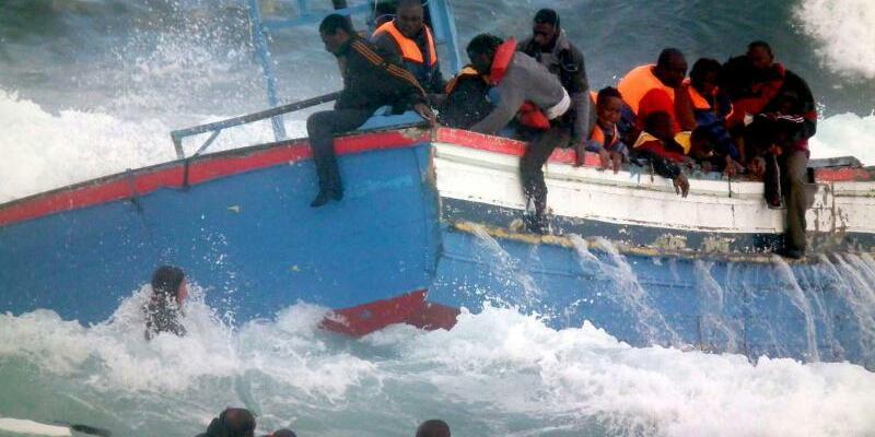 Auf dem Mittelmeer - Foto: Angesichts des andauernden Flüchtlingszustroms sucht die EU intensiv nach neuen Gegenmaßnahmen. Foto:Franco Lannino-S.Gabriele/Archiv