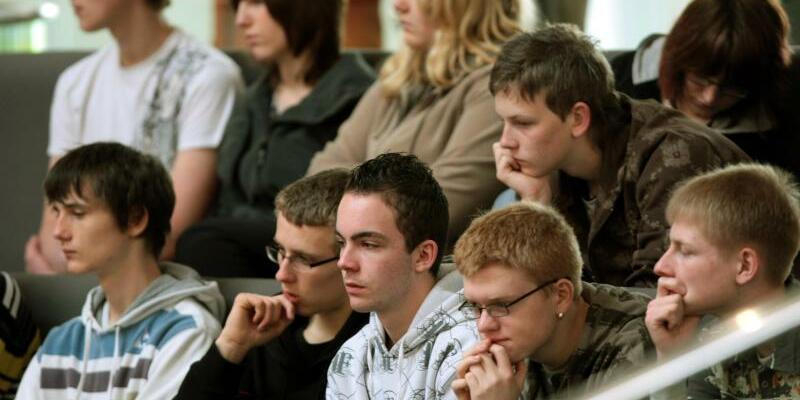 Jugendliche im Bundestag - Foto: Wolfgang Kumm/Archiv