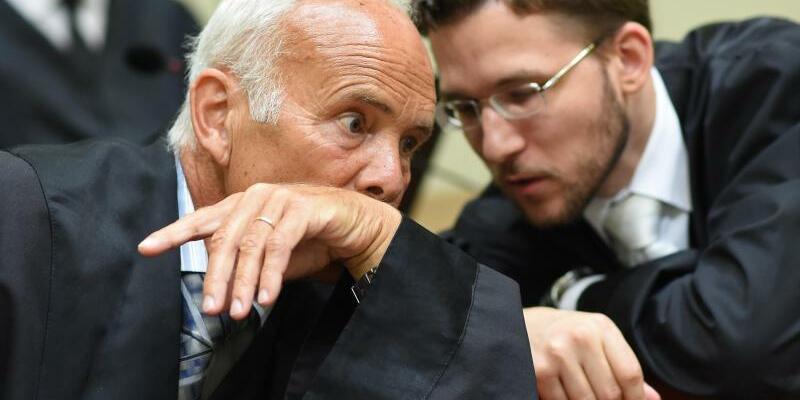 Zschäpe-Anwälte - Foto: Die Zschäpe-Anwälte Hermann Borchert (l.) und Mathias Grasel warten auf den Sitzungsbeginn. nFoto:Andreas Gebert