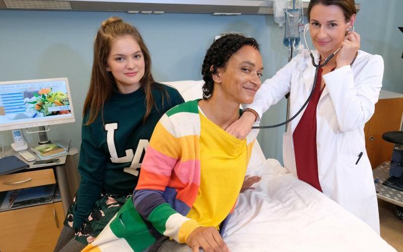 Serien-Meeting - Foto: Greta Short (l-r) und Sarah Masuch aus der «Lindenstraße» treffen Annett Renneberg in der Sachsenklinik. Foto:Sebastian Willnow