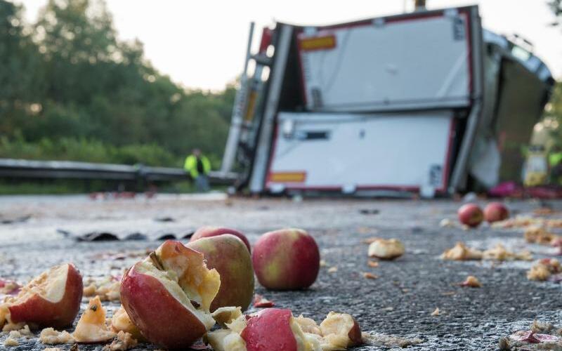 Äpfel auf der Autobahn - Foto: Ingo Wagner