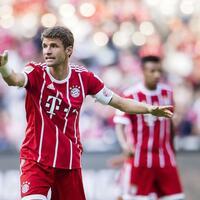 Kapitän - Foto: Thomas Müller (l) gestikuliert beim Spiel gegen den AC Mailand. Foto:Rodrigo Machado