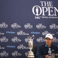 Glücklich - Foto: Jordan Spieth hat neben der Siegertrophäe Claret Jug im Royal Birkdale Golf Club Platz genommen. Foto:Dave Thompson