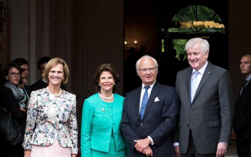Schwedisches Königspaar in München - Foto: Königin Silvia und König Carl XVI. Gustaf werden vom bayerischen Ministerpräsidenten Seehofer und seiner Frau Karin begrüßt. Die Monarchin erhielt den Bayerischen Verdienstorden für ihr soziales Engagement. Außerdem ist das Paar Ehrengast bei den Wagner-F