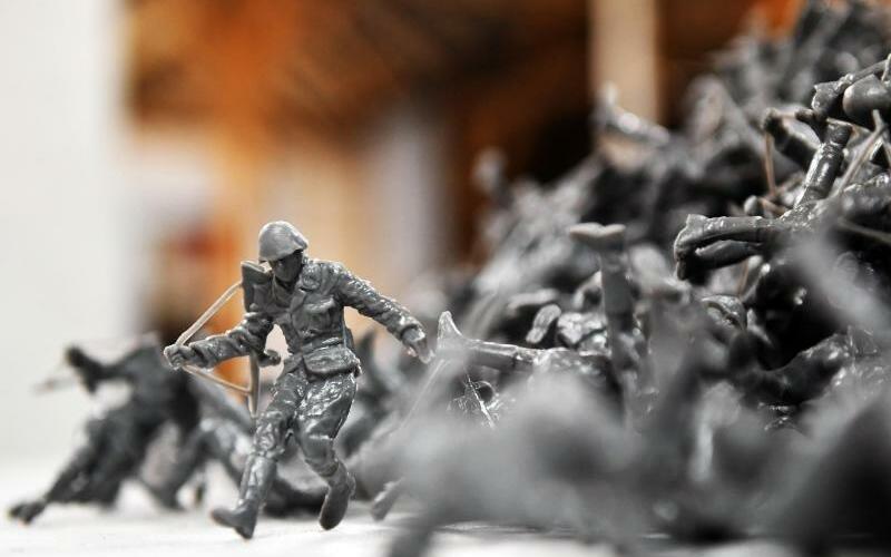 Ostrale - Foto: «Mauerspringer» von Fernando Sanchez Castillo. Die kleinen Soldaten-Figuren können mitgenommen werden. Foto:Jens Kalaene