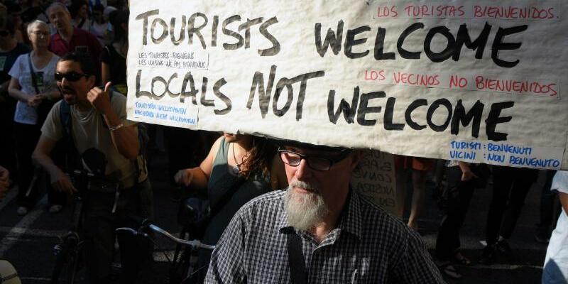Proteste in Spanien - Foto: Protest in Barcelona: «Touristen willkommen, Anwohner nicht». Der Ansturm der Reisenden treibt die Immobilienpreise und kostet vermietbaren Wohnraum. Foto:Lluis Gene