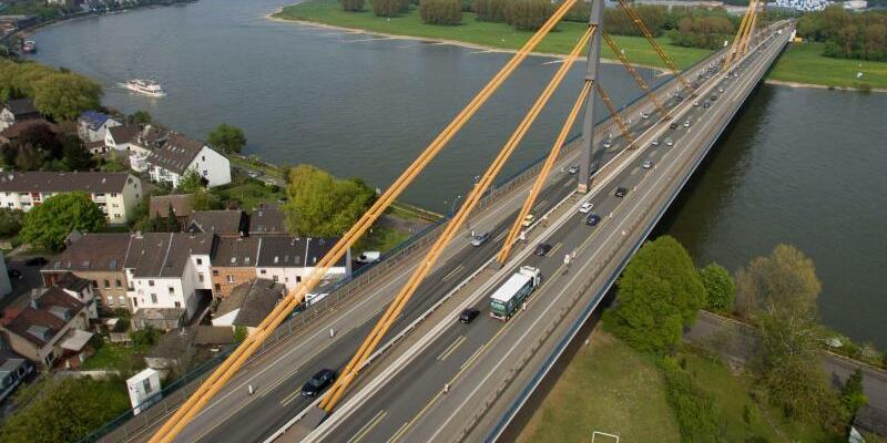 Rheinbrücke der A40 bei Duisburg - Foto: Arnulf Stoffel/Illustration