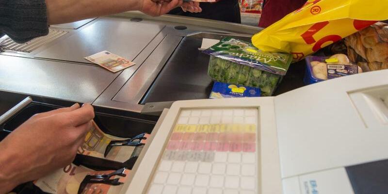 Supermarktkasse - Foto: Man spürt es an der Supermarktkasse: Die Inflation in Deutschland ist wieder leicht gestiegen. Foto:Armin Weigel