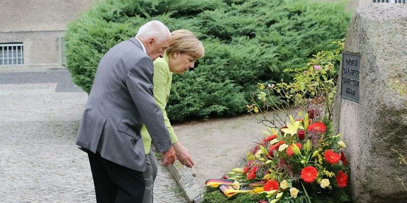 Merkel legt Kranz nieder - Foto: Wolfgang Kumm