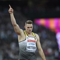 Weltmeister - Foto: Johannes Vetter feiert seinen Sieg im Speerwurf. Foto:Rainer Jensen