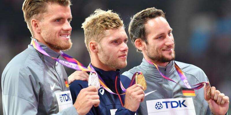 Medaillengewinner - Foto: Rico Freimuth (l) posiert mit Kai Kazmirek (r) und dem Sieger Kevin Mayer aus Frankreich auf dem Podium. Foto:Bernd Thissen