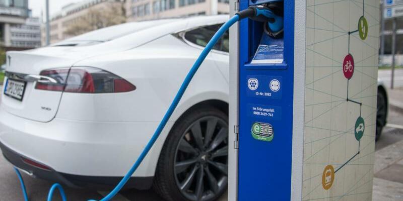 Elektroauto an einer Stromtankstelle - Foto: Lino Mirgeler
