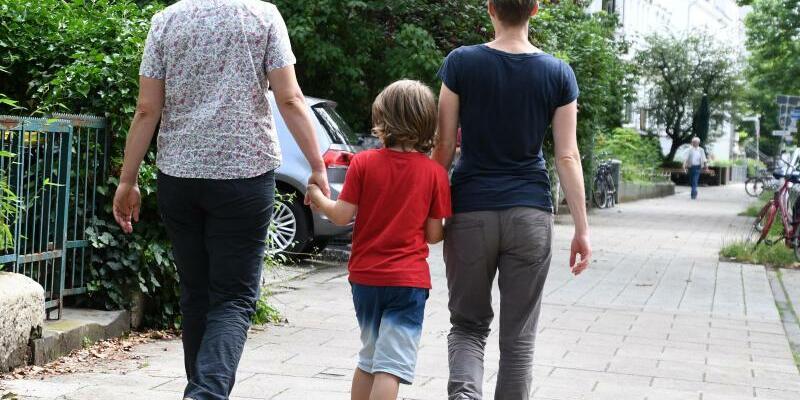 Lesbisches Paar mit Kind - Foto: Carmen Jaspersen/Archiv