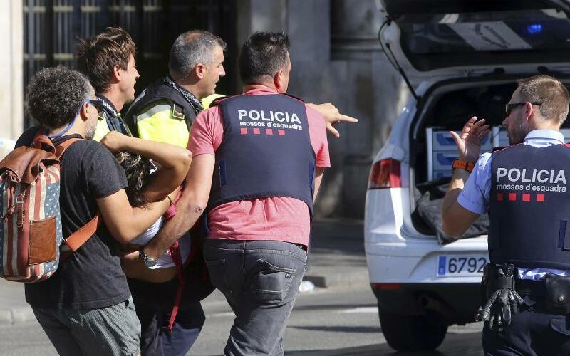 Verletzte werden versorgt - Foto: Oriol Duran