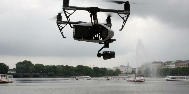 Drohne - Foto: Eine Drohne über der Binnenalster in Hamburg. Foto:Bodo Marks