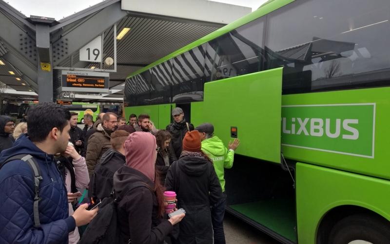 Passagiere an einem Fernbus von Flixbus - Foto: über dts Nachrichtenagentur
