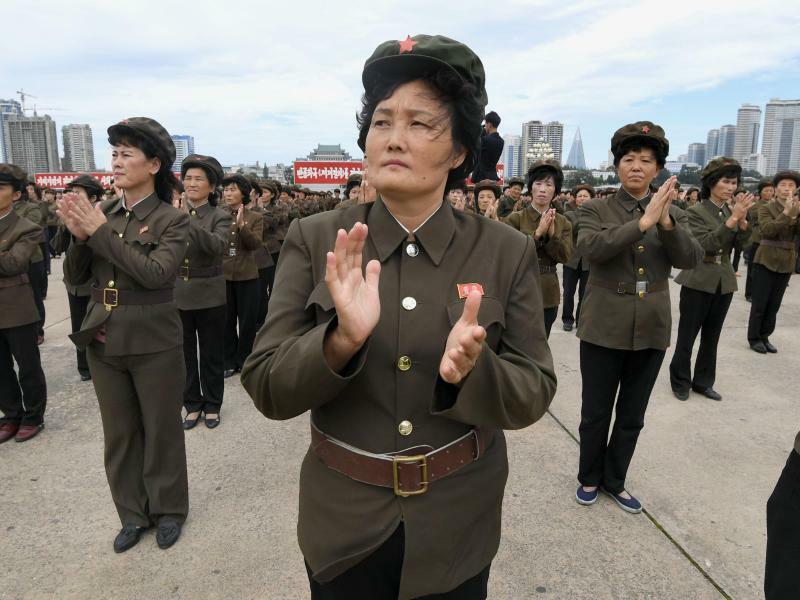 Nordkorea - Foto: Nordkoreanerinnen demonstrieren in Pjöngjang ihre Unterstützung der von der Regierung erklärten Kritik an den US-Sanktionen. Foto:Kyodo