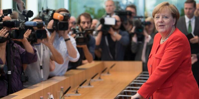 Sommer-Pressekonferenz mit Kanzlerin Merkel - Foto: Bernd von Jutrczenka