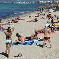 Mallorca - Touristen am Strand - Foto: Touristen genießen die Sonne am Strand Playa de Palma auf der Urlaubsinsel Mallorca. Foto: