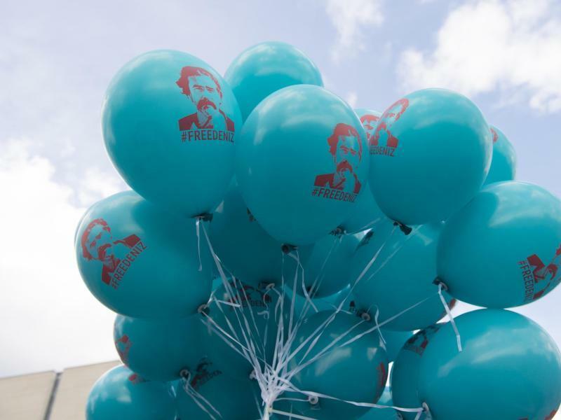 Yücel-Ballons - Foto: Luftballons mit einem Bild des in der Türkei inhaftierten deutschen Journalisten Deniz Yücel im Berliner Regierungsviertel. Foto:Paul Zinken