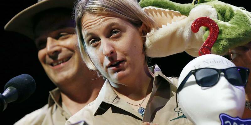 Ig-Nobelpreise - Foto: Matthew Rockloff und Nancy Greer haben die Frage untersucht, wie sich der Kontakt mit lebenden Krokodilen auf den Wunsch von Menschen nach Glücksspielen auswirkt. Foto:Michael Dwyer