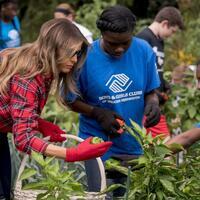 Melania Trump - Foto: Mit den Schülern pflanzte die First Lady unter anderem Paprika und Okraschoten und sprach über gesunde Ernährung. Foto:Andrew Harnik