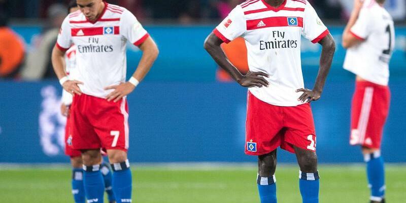 Enttäuschte HSV-Profis - Foto: Nach dem 0:3 in Leverkusen stehen die HSV-Profi enttäuscht auf dem Rasen. Foto:Mariuzs Becker