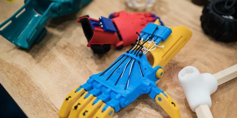 Prothesen - Foto: 3D-gedruckte Griffprothesen werden bei der Pflegemesse Rehacare präsentiert. Foto:Marcel Kusch