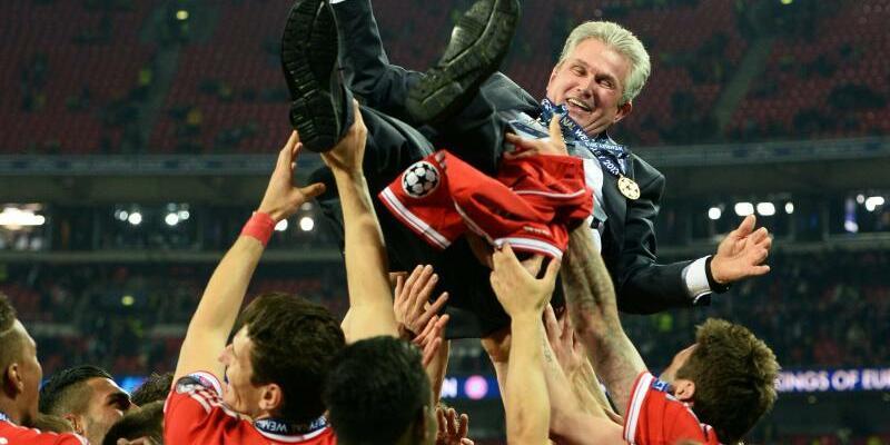 Jupp Heynckes - Foto: Sein triumphales Jahr 2013:Bayern-Trainer Jupp Heynckes wird nach dem Gewinn der Champions League gegen Borussia Dortmund von seinem Team in die Luft geworfen. Foto:Andy Rain