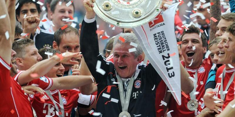 Jupp Heynckes - Foto: Triple-Gewinner:Jupp Heynckes jubelt im Mai 2013 mit der Meisterschale nach der Partie FC Bayern München gegen FC Augsburg in München. Foto:Tobias Hase