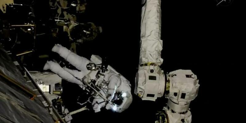 Reparatur an der ISS - Foto: NASA TV/AP/dpa