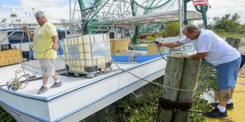 Vorbereitungen - Foto: Im Hafen von Caernarvon, Louisiana, werden Boote vor der Ankunft von «Nate» gesichert. Foto:Matthew Hinton