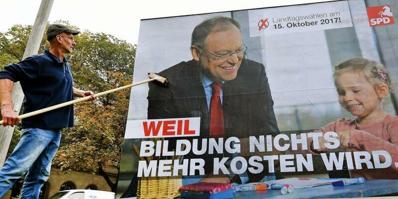 SPD-Wahlplakat - Foto: «Weil Bildung nichts mehr kosten wird» - die SPDsetzte stark auf Bildungsthemen, die die niedersächsischen Wähler sehr beschäftigen. Foto:Holger Hollemann
