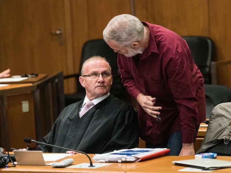 Prozessauftakt - Foto: Rechtsanwalt Hannes Linke (l.) bespricht sich mit dem angeklagten Schweizer Daniel M. im Gerichtssaal. Foto:Andreas Arnold